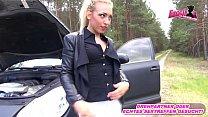 Deutsche Blondine wird bei Autopanne abgezockt und muss ficken
