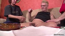 Oma und Opa treiben es mit der geilen Nachbarin Vorschaubild