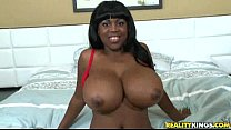 This hot ebony number know how to use her tits