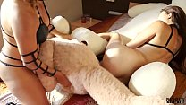 Lesbian 3some with spanking and 2 teddy bears and cum in mouth缩略图