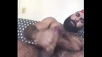 Machão barbudo batendo punheta