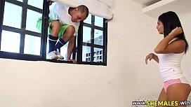 Casado pulou janela para comer a boneca gostosa