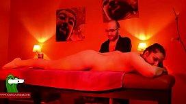 Le da un masaje a la morena y termina follandola rico GUI00229