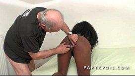 Papy se paye une bonne pute black en latex dans sa chambre