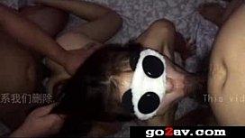老婆害羞戴眼罩玩3P