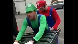 Luigi se pone cachondo y mario le rompe el ojete ahre violento