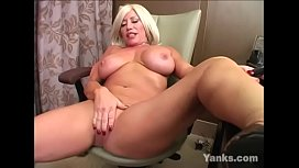 Big Jugged Yanks MILF Jenna Lynn Masturbating
