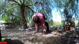 Dandole por detras a esta mujer gorda al aire libre GUI035