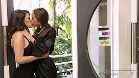 Wifes licking each other'_s pussies - Abigail Mac, Vanessa Veracruz