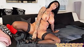 Deutsche Escort nutte mit risen titten tattoos macht solo strip dildoshow vor webcam