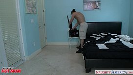 Blonde mom Mia Ryder gets trimmed quim nailed