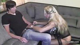 MILF Mutter fickt den 18yr Nachbarsjungen mit riesen Schwanz