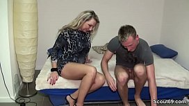MILF besticht Jungspund zum Ficken um Miete zu sparen
