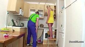 Handwerker fickt Teeny wenn die Eltern nicht zu Hause sind