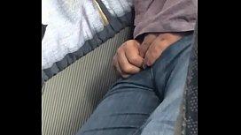 Espiando volume do tio no ônibus