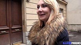 Nikki jeune coquine trouve un inconnu dans la rue pour la baiser