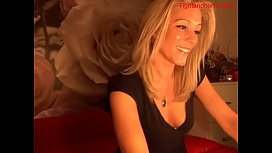 Sexy blonde plays on webcam tightandho om