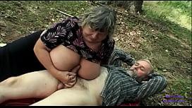 La ragazza in cerca di funghi vede una signora anziana con grosse tette scopare con il vecchio marito e si eccita fortemente