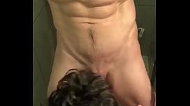 Escravo obediente mamando mestre musculoso