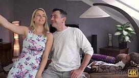 DADDY4K. La bambina annoiata decide di fare sesso spontaneo con il padre di BFs