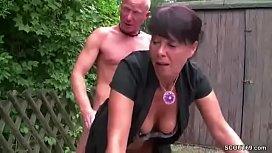 Geile Mutter wird von Ju und aufgerissen und gefickt