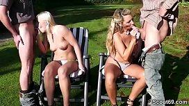 Mutter und Stief-Tochter ficken 2 junge Typen im Garten