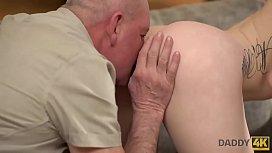 DADDY4K. Papa ricorda ancora il russo e il sapore di una giovane figa