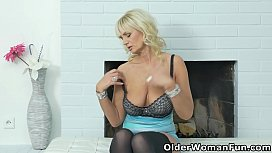 Busty milf Roxana spreads her legs and shows tight pussy