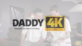 DADDY4K. Le gars endormi rate son p&egrave_re qui baise sa copine