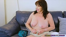 she plays with her old pussy