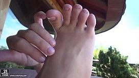 Lulu Love gladly gives footjob