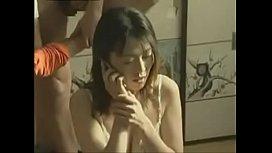 蕩婦一邊和老公通電話 一邊和情人做愛精彩國語對話