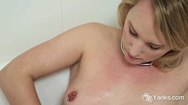 Yanks Kim Cums Tub Orgasm