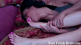 Bella begs Simona to let her worship her feet