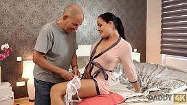 DADDY4K. Papi de novio perezoso es m&aacute_s apasionado en la cama con la nena Dolly Diore