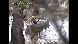 Homem escondido grava vídeo de esposa infiel gemendo e fazendo sexo com jardineiro, em canoa no lago