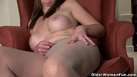 USA milf Lilly James strips off and rubs her pussy