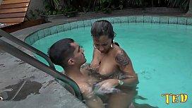 A estrela pornô aprontando dentro da água com o dotado - Suzy Anderson - Big Bambu