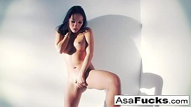Asa  uses a fake hand to please her pussy