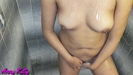 Descubr&iacute_ a mi hermana en el ba&ntilde_o masturb&aacute_ndose y depil&aacute_ndose su panocha peluda y le ayud&eacute_ con el ano