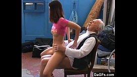 Vovô pervertido transando com a sua neta safadinha