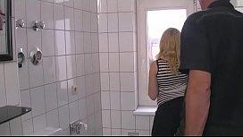 Die Pu au im Badezimmer geil benutzt