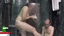 Depilando a la morena tetoncita y luego follandola en la ducha GUI0047