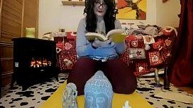 Pura blasfemia italiana piscio su statue sacre ed innondo di squirting un libro di preghiere