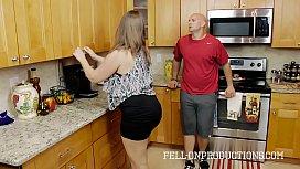 Incesto de pai e filha fodendo na cozinha