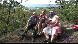 Una giovane ragazza accompagna due anziani a scopare in campagna