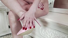 Milf wanks naked in just pink high heels