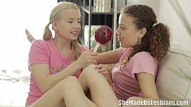 Νεαρά κορίτσια παίζουν με τα μουνάκια τους