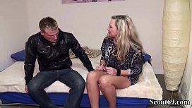 Deutsche Mutter laedt sich einen Jungspund zum Fick ein