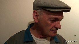 Libertine francaise sodomisee au sauna dans un plan a avec Papy voyeur